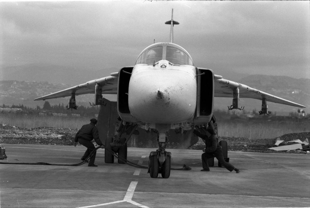 La préparation d'un bombardier militaire Su-24 pour un vol d'entraînement. La base aérienne de Hmeimime, le 4 janvier 2016