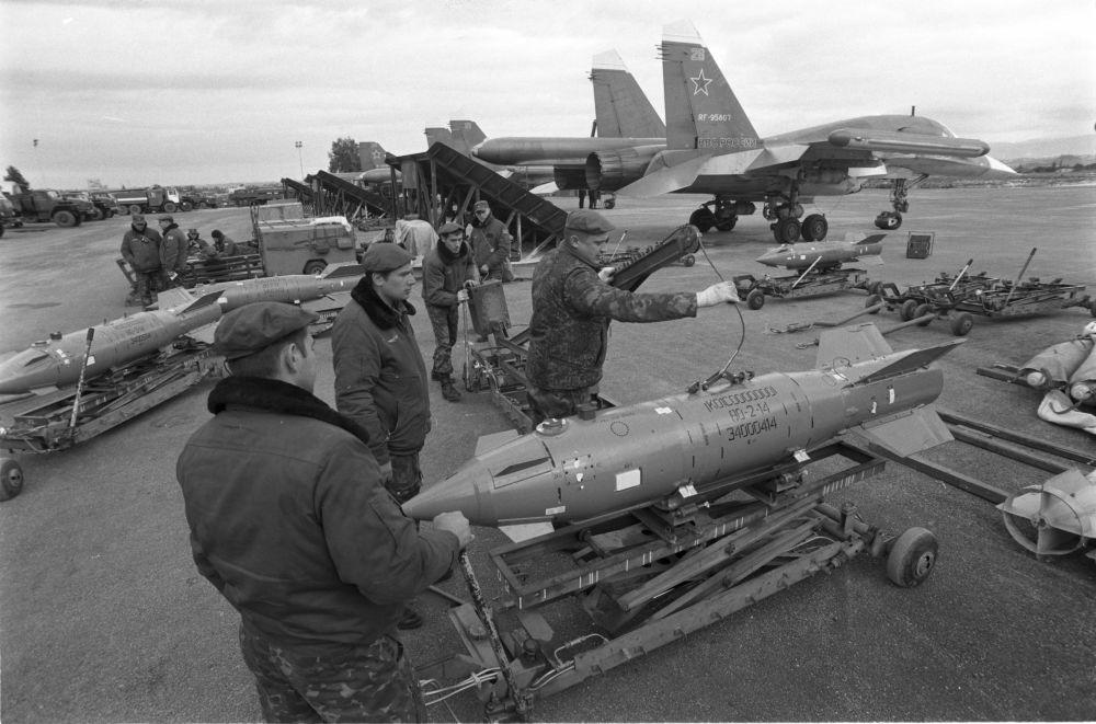 Des techniciens examinent des armes de précision sur la base aérienne de Hmeimim, le 4 janvier 2016
