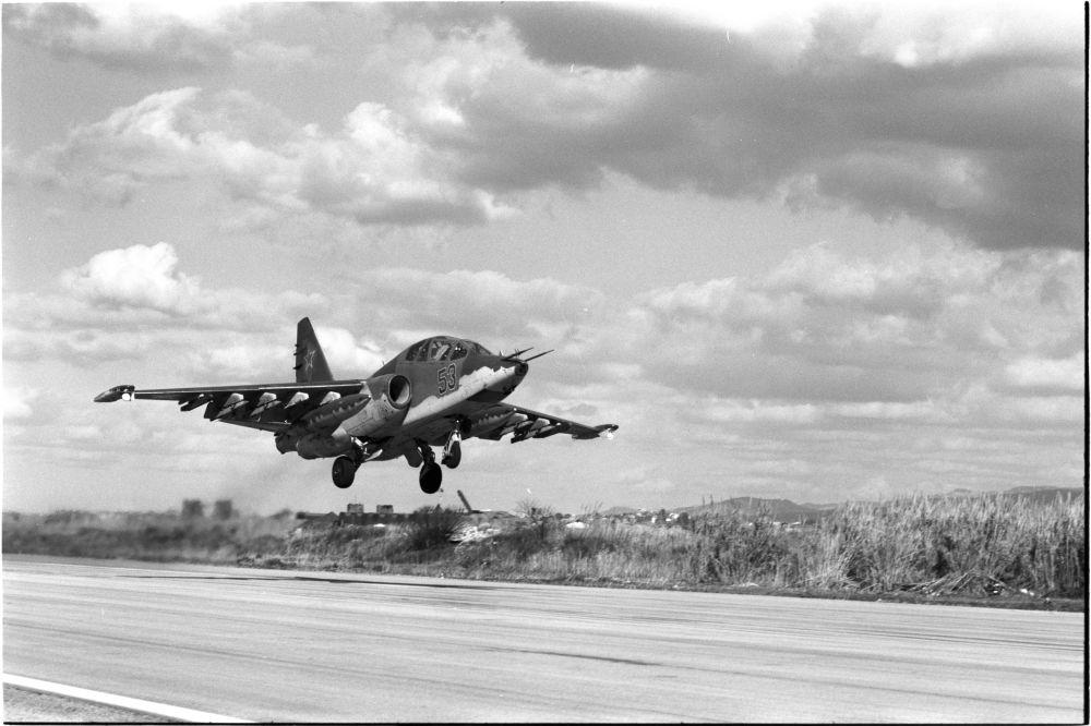 La base aérienne de Hmeimim. Le chasseur d'assaut Su-25 part en mission, le 16 février 2016