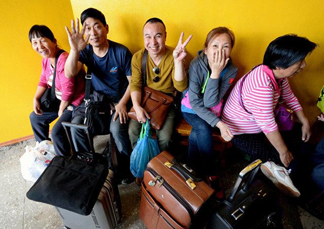 Китайские туристы в зоне таможенного контроля на многостороннем автомобильном пункте пропуска Пограничный в Приморском крае.
