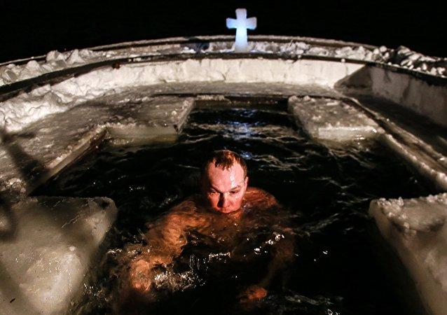 Baignades glaciales à Moscou pour fêter la Théophanie