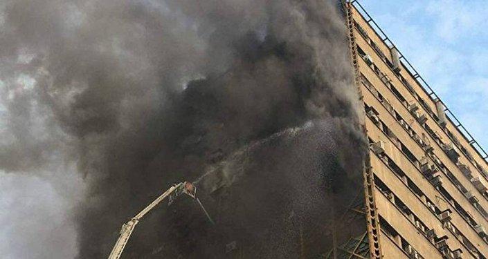 Un immeuble de 15 étages s'effondre à Téhéran