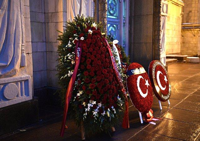 Des guirlandes envoyées par la Turquie pour commémorer l'ambassadeur de Russie en Turquie Andrei Karlov