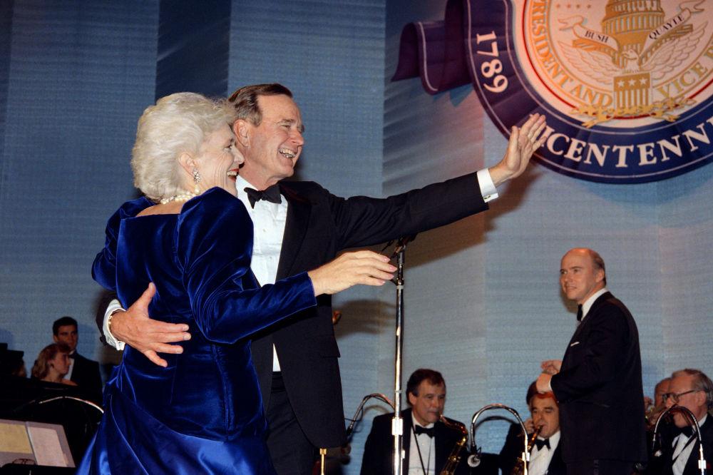 Le président américain George W. Bush et son épouse Barbara avant le bal organisé pour l'investiture en 1989, à Washington