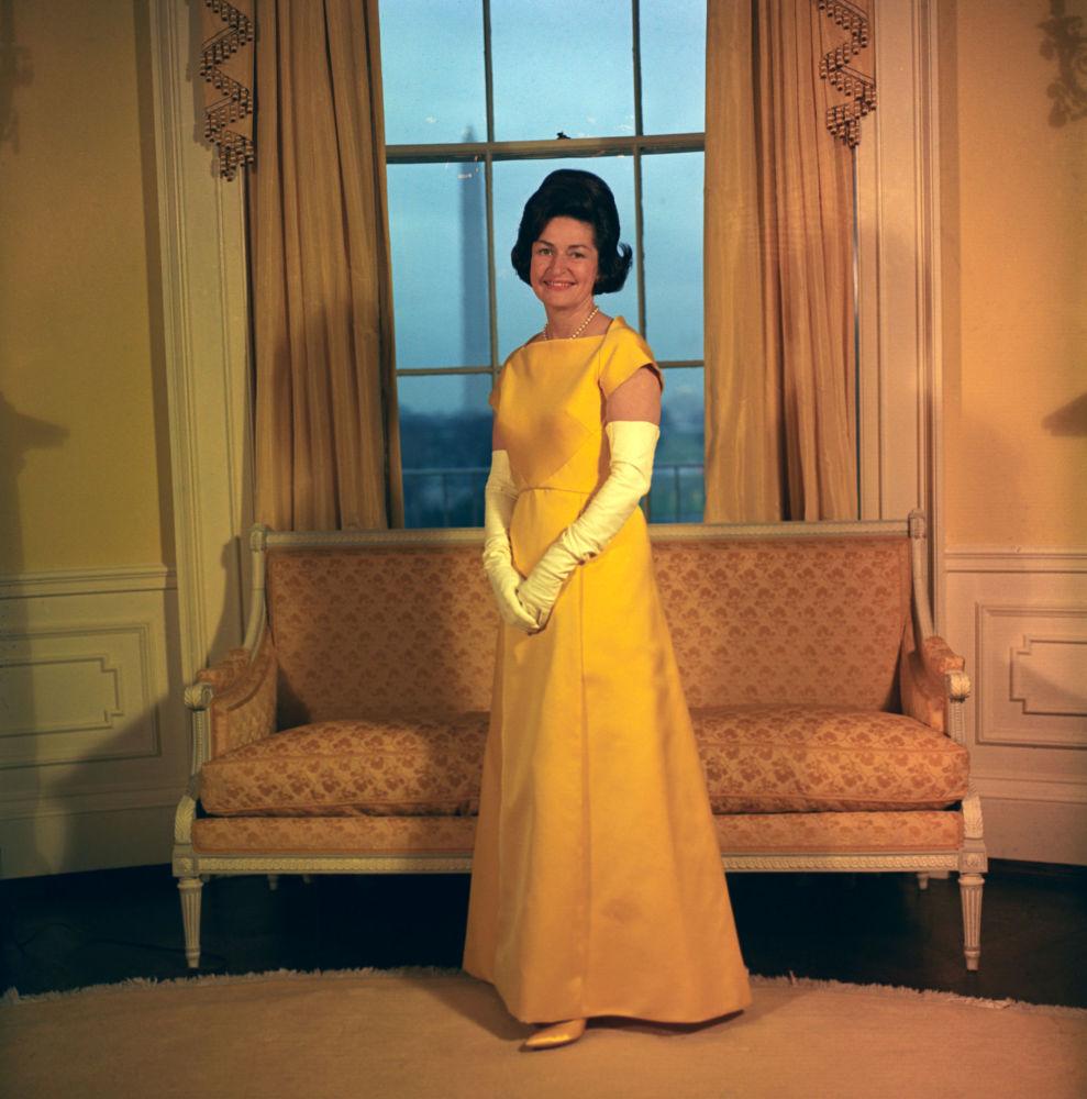Lady Bird Johnson dans sa robe d'investiture en 1965