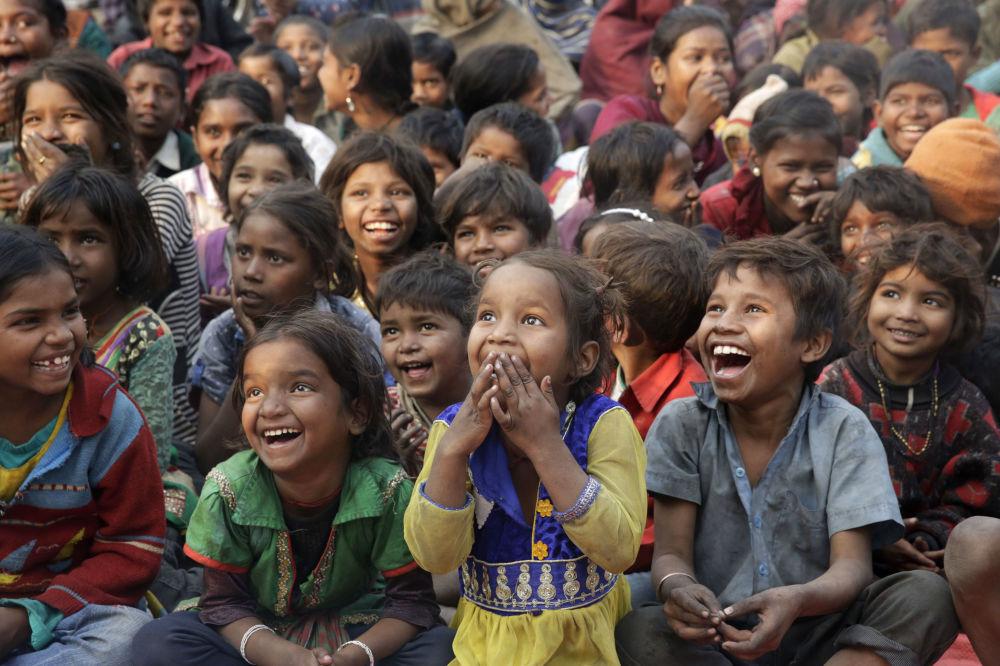 Les enfants de familles défavorisées regardent une représentation lors d'une action de sensibilisation contre le travail des enfants (Allahabad, Inde)