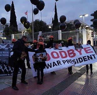 «Goodbuy, le président de la guerre»: à Athènes, ils disent adieu à Barack Obama