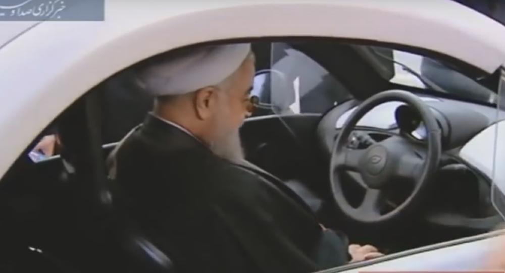 Hassan Rohani au volant d'une voiture électrique de production iranienne