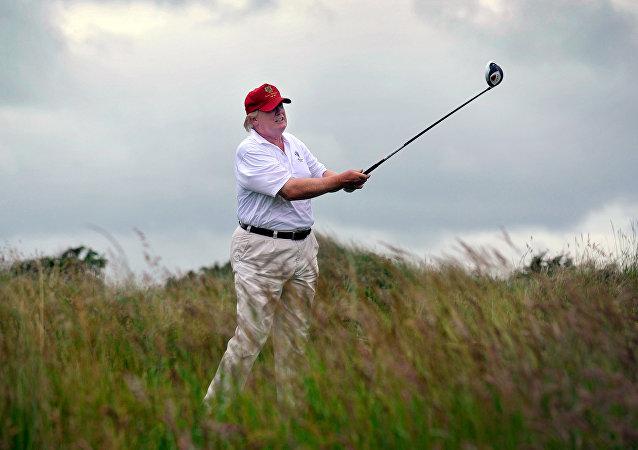 Allié solide? Trump n'aide pas Shinzo Abe, tombé dans la fosse en jouant au golf (vidéo)