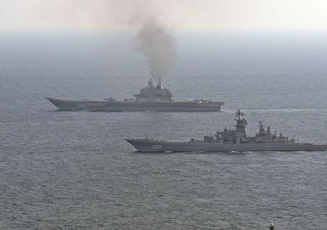 Le Royal Navy escorte les navires russes Piotr Velikiï et Amiral Kouznetsov