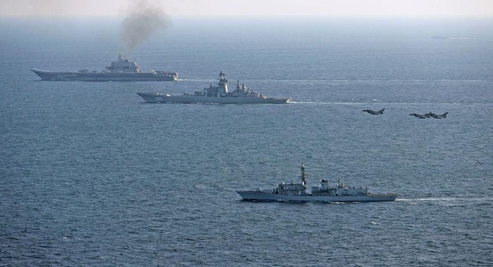 Les avions et navires britanniques escortent l'Amiral Kouznetsov