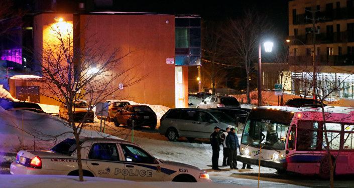 La police devant la Grande mosquée de Québec