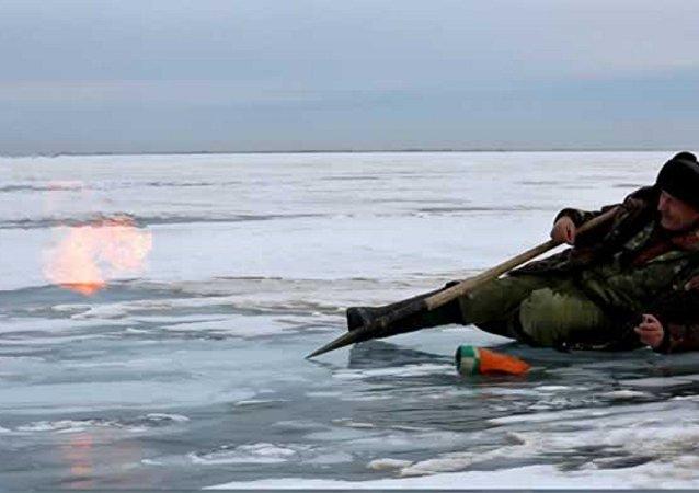 Des colonnes de feu au-dessus de la glace du Baïkal capturées en vidéo