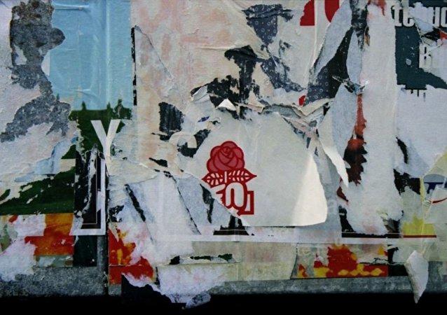 Affiches électorales déchirées, dont il reste la rose, logo du parti socialiste.