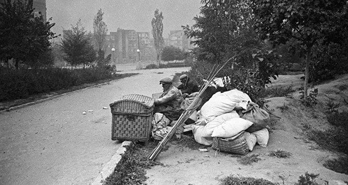 Жители Сталинграда, оставшиеся без крова.
