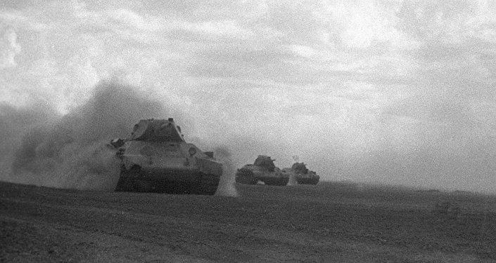 Советские танки идут в атаку под Сталинградом.