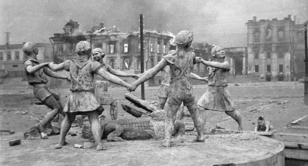 Un monument aux enfants détruit après un raid de l'aviation allemande