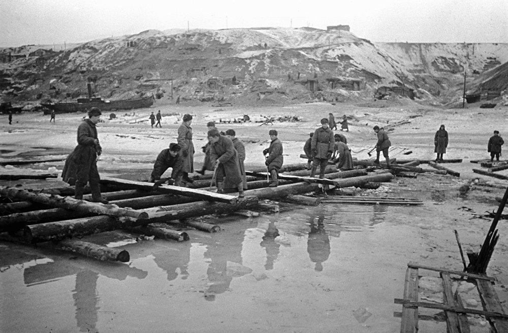Des sapeurs érigent un pont sur la Volga