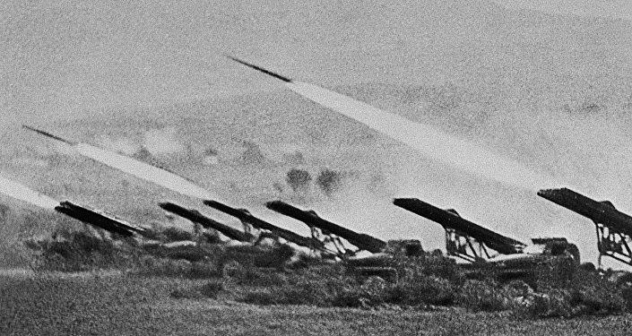 Реактивные установки залпового огня (Катюши) наносят удар по врагу во время Сталинградской битвы в октябре 1942 года.