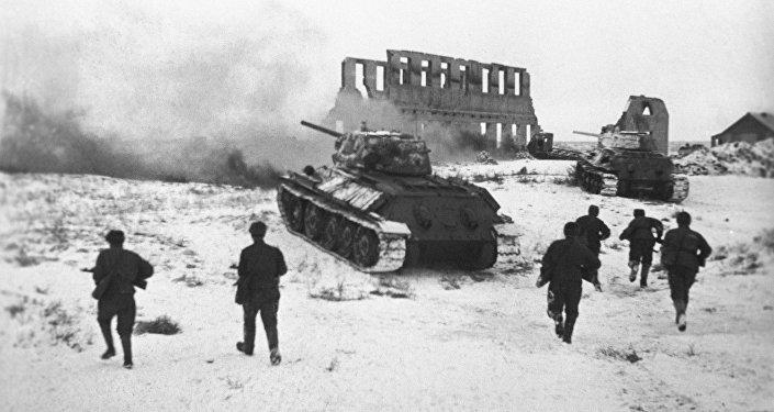 Des soldats soviétiques attaquent une position allemande