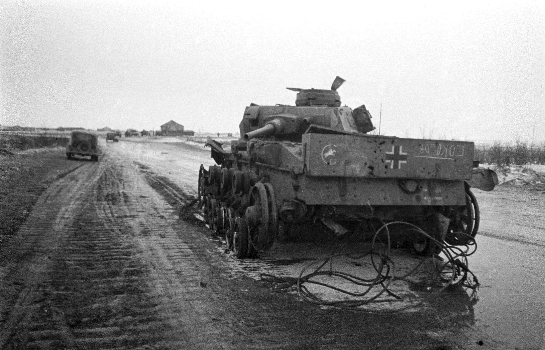 Un char allemand sur une route aux abords de Stalingrad