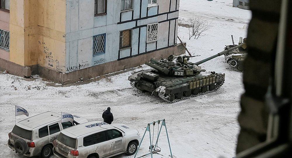 Des voitures de l'OSCE et des chars ukrainiens à Avdeïevka, dans le Donbass