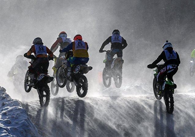 Région de Moscou: une coupe de motocross en hommage au pilote Tchkalov