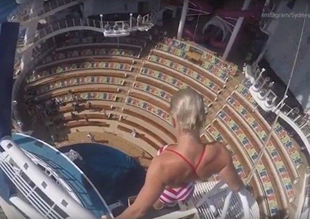 Une acrobate saute d'une hauteur 16 mètres de haut dans la piscine de Harmony of the Seas