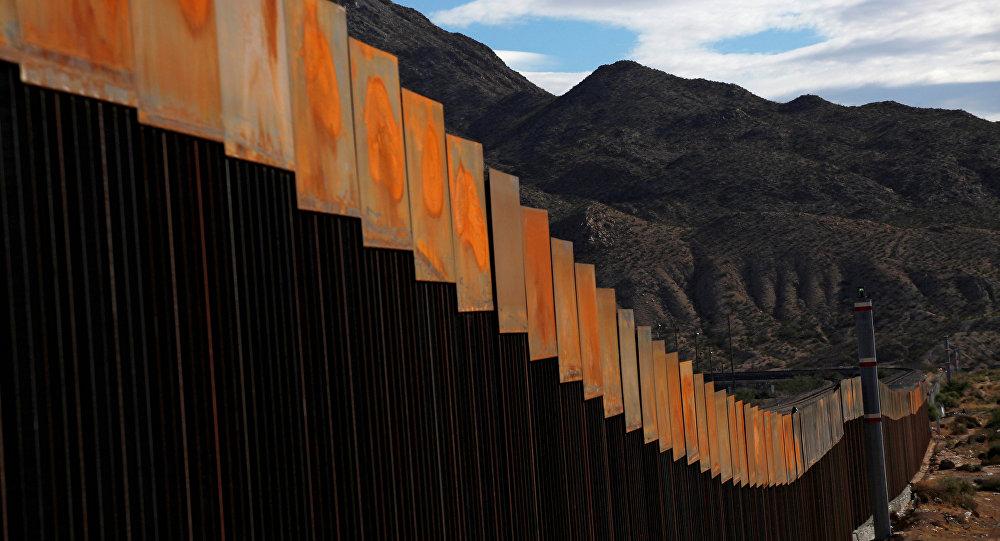 Trait d'union entre le Mexique et les Etats-Unis — Balançoires sans frontières