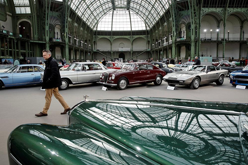 le prix du luxe: des voitures anciennes en exposition à paris