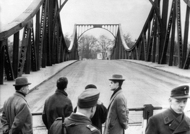 Pont de Glienicke (reliant Berlin-Ouest à Potsdam) où, en février 1962, Francis Gary Powers fut échangé contre l'agent soviétique William Fischer (Rudolf Abel).