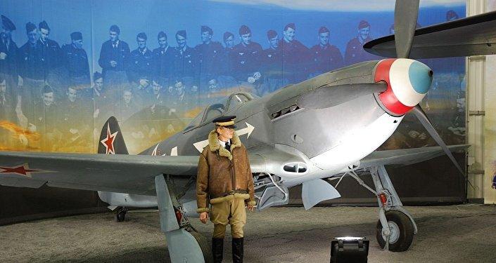 Un Yak 3 (01) au musée de l'Air et de l'Espace du Bourget. La casserole d'hélice est peinte aux trois couleurs.