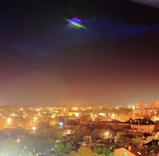 Un OVNI survole une ville