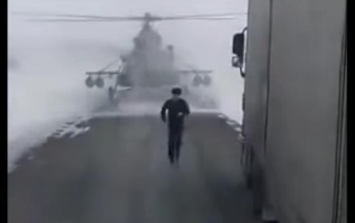 Un hélicoptère militaire perdu atterrit au milieu de la route