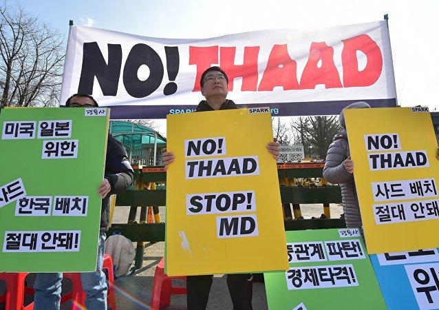 Les militants anti-guerres tiennent des pancartes lors d'un rassemblement contre les pourparlers sur le déploiement du système antimissile américain, THAAD, près du ministère sud-coréen de la défense à Séoul le 4 mars 2016