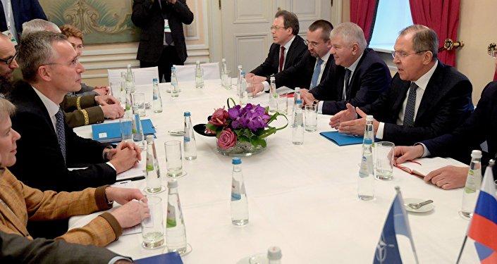 Le ministre russe des Affaires étrangères Lavrov, à droite, et le secrétaire général de l'Otan, Jens Stoltenberg, à gauche, lors de leur réunion à la 53e Conférence de Munich sur la sécurité