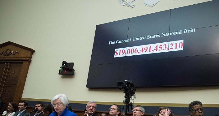 Un écran montre la dette nationale américaine avant que la présidente de la Réserve fédérale américaine Janet Yellen témoigne devant le Comité des services financiers de la Chambre à Washington, le 10 février 2016.