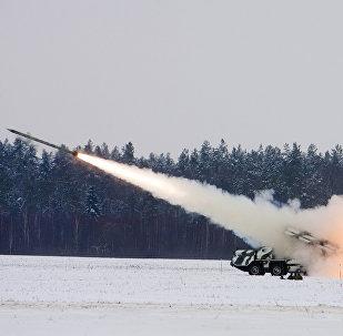 Des lances-roquettes multiples BM-30 Smerch effectuent des tirs lors des exercices militaires