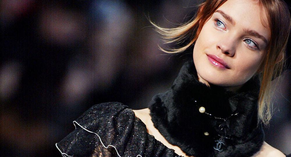Mannequin russe et FAMAS: ambiance sur la Fashion Week à Paris