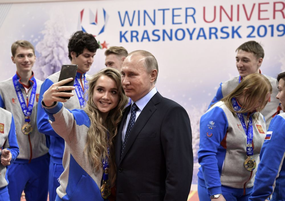 Le président russe Vladimir Poutine s'est fait photographier avec les gagnants de l'Universiade d'hiver 2017 en visitant l'Académie de biathlon à Krasnoïarsk.