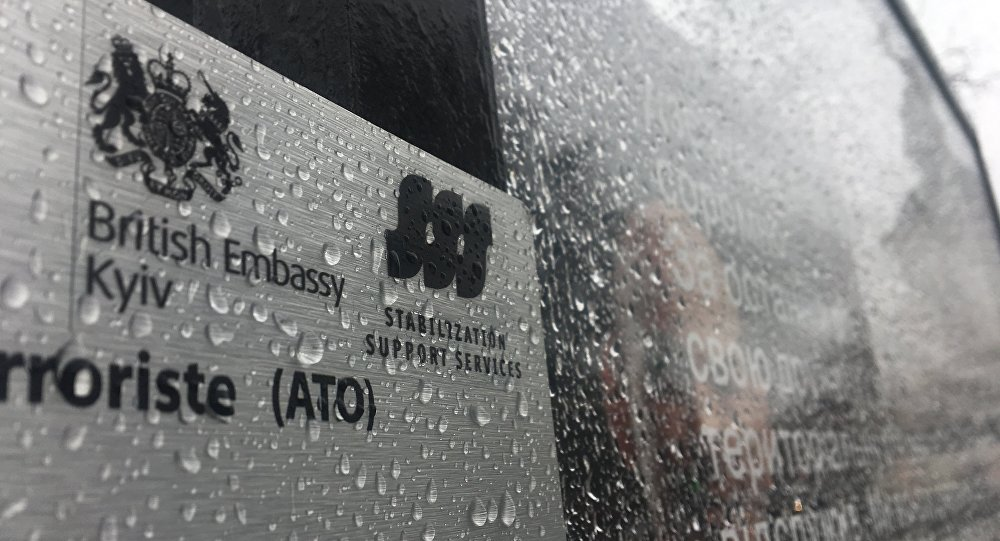 Une image de l'exposition Displaced accompagnée de l'emblème de l'ambassade britannique à Kiev