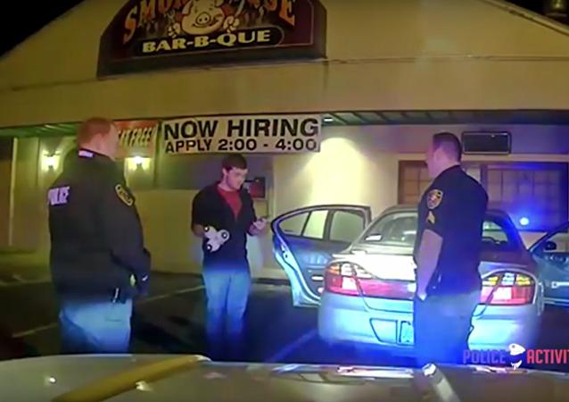 Les policiers le croient soûl, il les bluffe avec un numéro de jonglerie