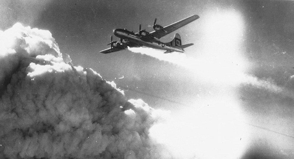 Bombardier lourd B-29 sur une ville japonaise, 1945