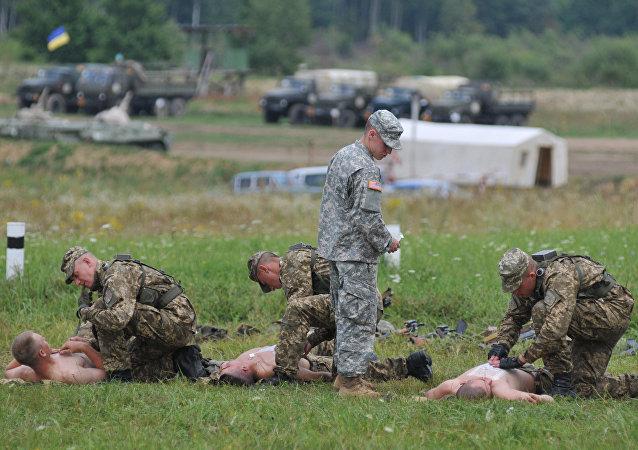 Un militaire américain enseigne aux soldats ukrainiens comment donner une aide médicale d'urgence
