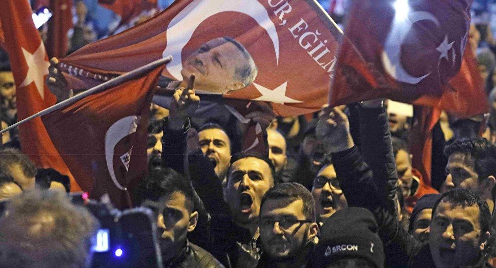 Des manifestants turcs à Rotterdam, Pays-Bas, le 11 mars 2017