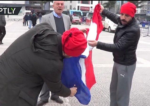 Des manifestants turcs confondent des drapeaux et brûlent le français