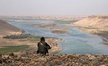 Un combattant des Forces démocratiques syriennes près de l'Euphrate, au nord de Raqqa