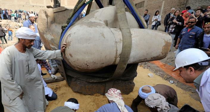 Découverte archéologique au Caire: le colosse de Ramsès II