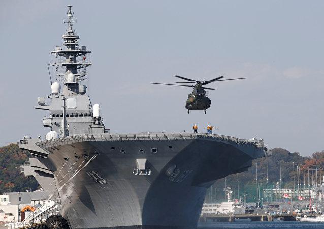 Un hélicoptère atterit à bord du destroyer porte-hélicoptère de la marine japonaise Izumo