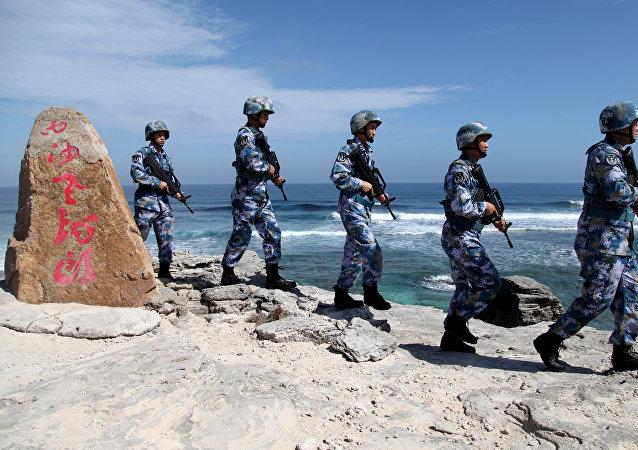 Des soldats de l'armée populaire de libération de Chine patrouillent à l'île Woody, dans l'archipel de Paracel, connu en Chine sous le nom d'îles Xisha, le 29 janvier 2016